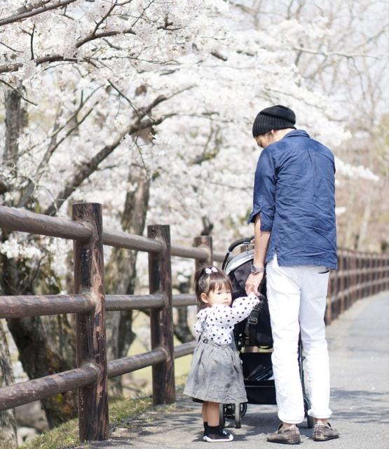 公園で遊ぶお父さんと娘